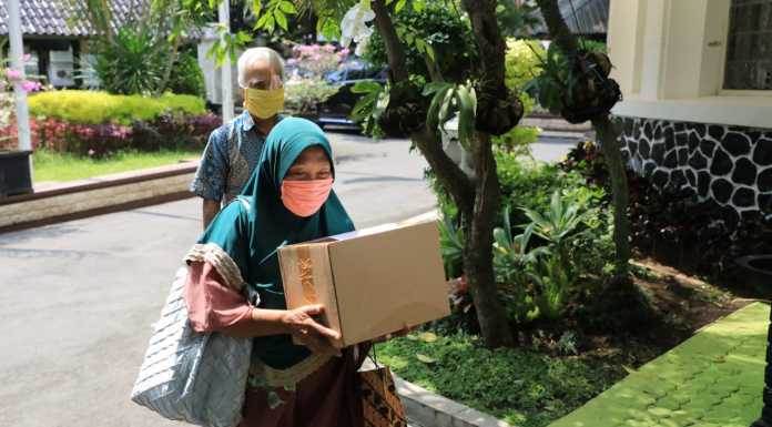 Pasangan lansia asal Semarang berikan bantuan